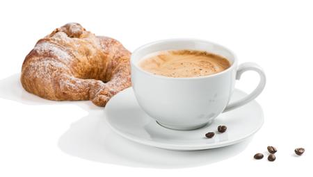 Prima colazione con caffè e cornetto isolato in bianco.