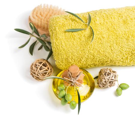 toallas: Vista superior de aceite de aroma de oliva, toalla y cepillo aislado en un fondo blanco.