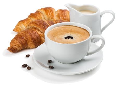 Tradizionale colazione - caffè, croissant, latte. Isolato su uno sfondo bianco.