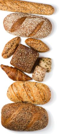 흰색 배경에 고립 된 곡물 빵의 다른 종류의 상위 뷰