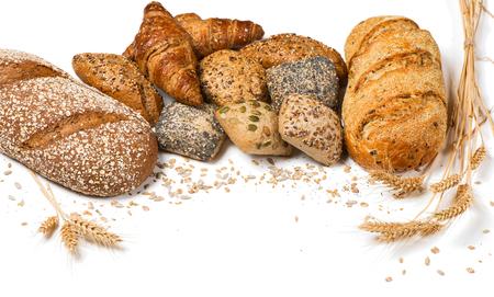 Groep verschillende soorten brood en granen geïsoleerd op een witte achtergrond. Stockfoto