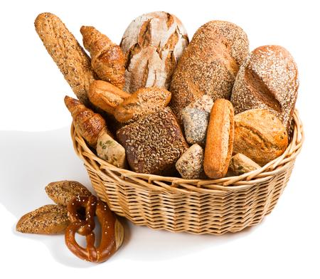Surtido de pan en una cesta aislada en un fondo blanco. Foto de archivo - 57142057