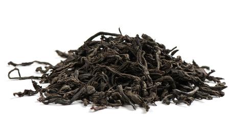 Dry black tea leaves on white background. Standard-Bild