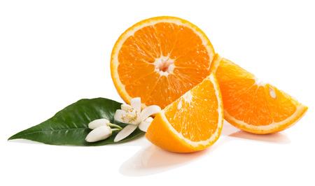 Fette di frutta arancione, fiore e foglia di arancio isolato su uno sfondo bianco. Archivio Fotografico