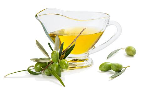 Tak met groene olijven en sauceboat van olijfolie die op witte achtergrond wordt geïsoleerd. Stockfoto - 62986289