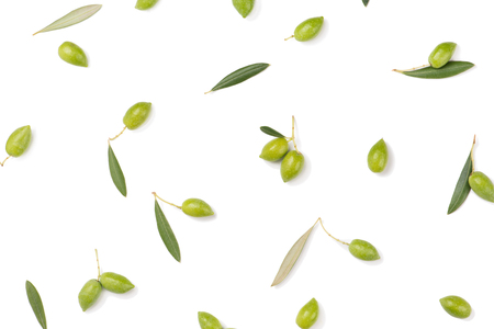 Top view of fresh olives and green leaves isolated on white background. Banque d'images - 107082683