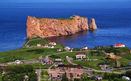 durchstechen: Pierce Rock Gaspesia Quebec Kanada