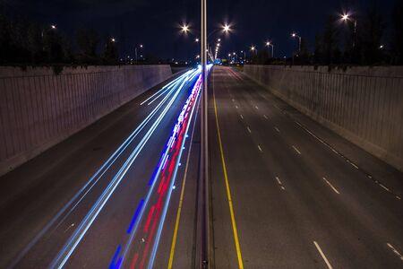 Carros de velocidade na cena da noite da estrada