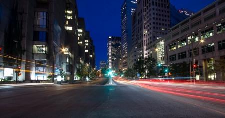 Rua University, em Montreal com carros silhueta com luz traseira vermelha e luz de tr