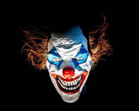 creepy monster: Dummy Clown viso spaventoso, isolato in nero Archivio Fotografico