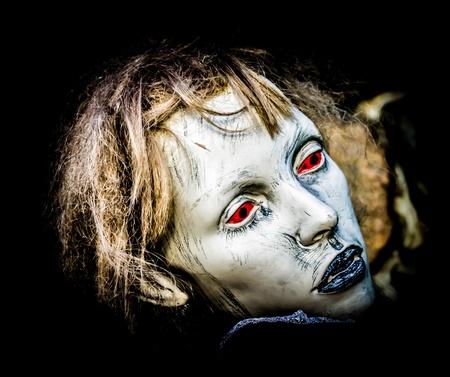 creepy monster: Volto femminile manichino inquietante, parzialmente isolata Archivio Fotografico