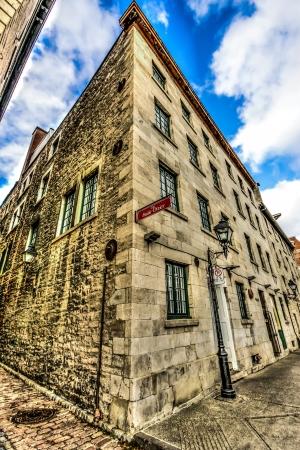 올드 몬트리올의 St-Dizier 코너와 De La Commune 거리 스톡 콘텐츠