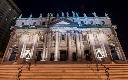 Fachada da catedral de Mary Queen of the World em Montreal na noite Banco de Imagens