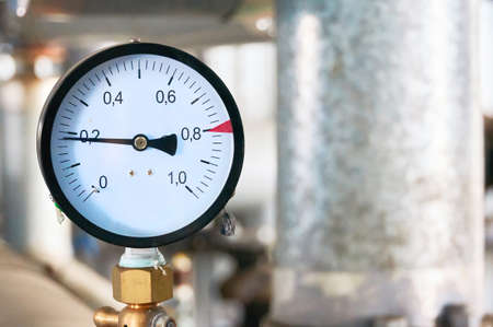 Pressure gauge showing pressure supply conduit. Foto de archivo