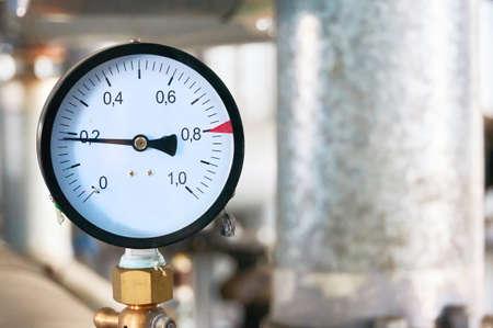 Pressure gauge showing pressure supply conduit. Banque d'images