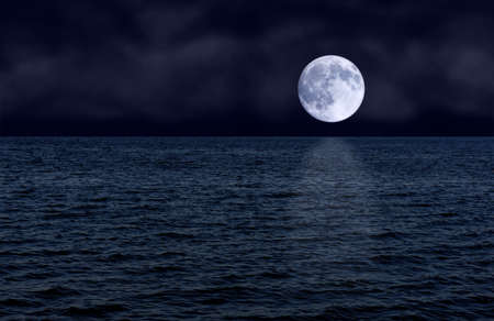 Volle maan over zee