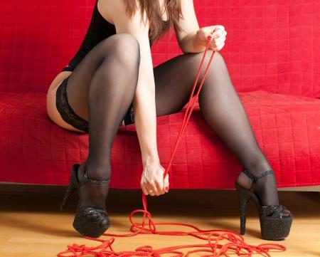 dominacion: mujer en el sofá y la cuerda