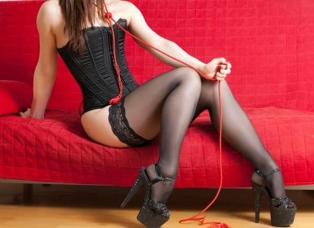 dominacion: mujer en el sof� y la cuerda
