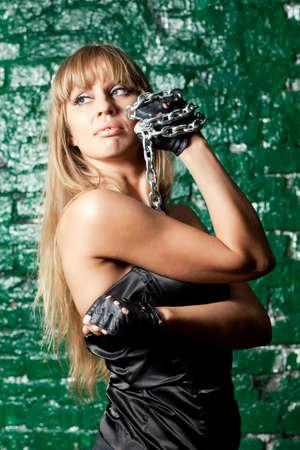 hermosa mujer con una cadena de acero en la pared de fondo Foto de archivo - 21305110