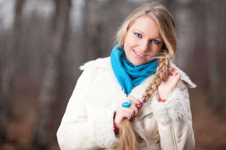 bata blanca: hermosa chica con una larga trenza en bata blanca