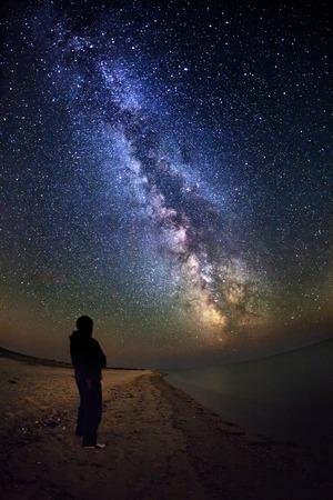 kosmos: Milchstraße. Schöne Sommer-Nacht auf dem Meer in der Ukraine