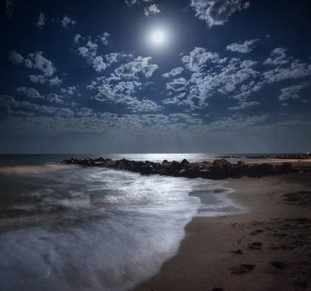 우크라이나에있는 바다에 아름 다운 여름 밤. 보름달 스톡 콘텐츠