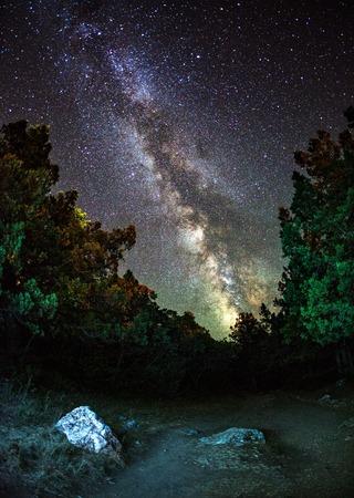 Melkweg. Mooie zomeravond op de zee in Oekraïne