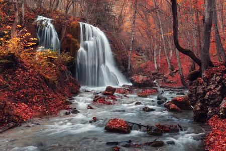 Mooie waterval in de herfst bos. Silver Stroom Waterfall. Bos herfst in de Krim Stockfoto