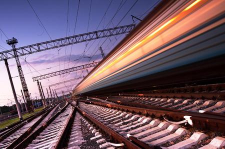 estacion tren: Tren de alta velocidad con el desenfoque de movimiento en Ucrania Foto de archivo