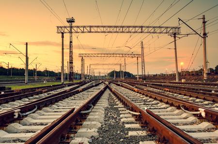 運輸: 貨運列車平台在日落。鐵路在頓涅茨克。火車站