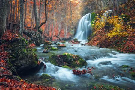 Belle cascade dans la forêt d'automne dans les montagnes de Crimée au coucher du soleil. Silver Stream cascade dans le Grand Canyon de Crimée. Banque d'images - 44953285