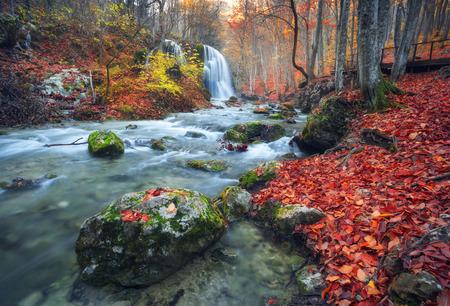 Mooie waterval in de herfst bos in de Krim bergen bij zonsondergang. Zilveren Waterval van de stroom in de Grand Canyon van de Krim.