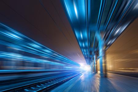 Bahnhof in der Nacht mit Motion Blur-Effekt. Güterzug-Plattform im Nebel. Eisenbahn