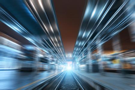 Bahnhof in der Nacht mit Motion Blur-Effekt. Güterzug-Plattform im Nebel. Eisenbahn Standard-Bild