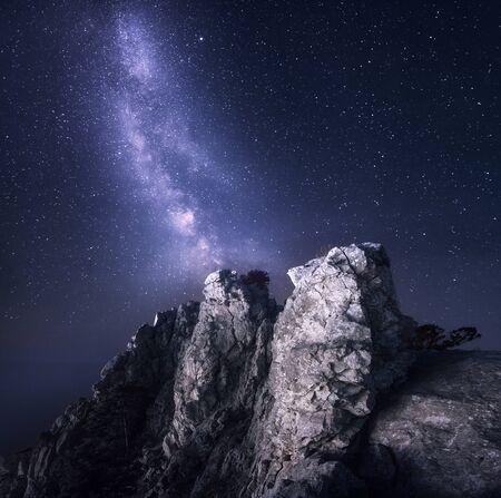 Vía láctea. Paisaje de noche hermosa con rocas y cielo estrellado. Fondo
