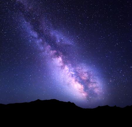 天の川と山の風景。夏の星夜の空。