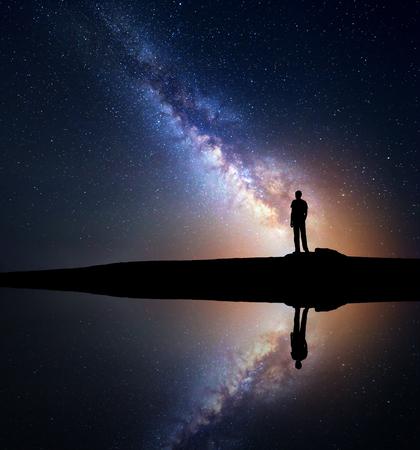 hombre solo en la noche