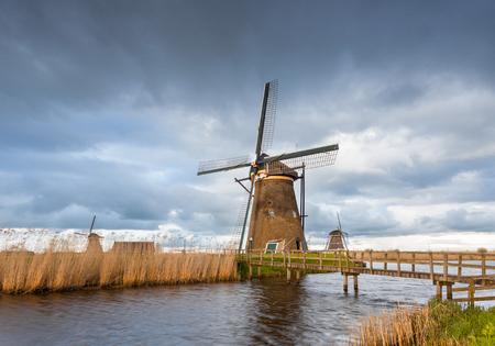smallJUN D/écor de Moulin /à Vent 21.65X12.99In Classique color/é hollandais Moulin /à Vent /éolienne Enfants Enfants Jouet pelouse Jardin Cour d/écor de f/ête ext/érieur /à la Main-App.55X33Cm