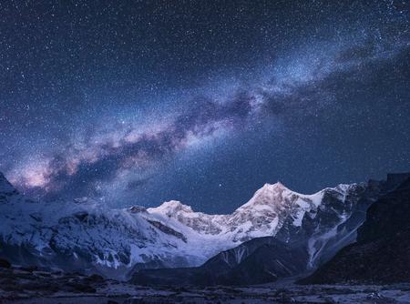 Voie Lactée et les montagnes. Scène incroyable avec les montagnes himalayennes et ciel étoilé la nuit au Népal. Roches avec sommet enneigé et ciel avec des étoiles. Magnifique Himalaya. Paysage de nuit avec une voie lactée brillante