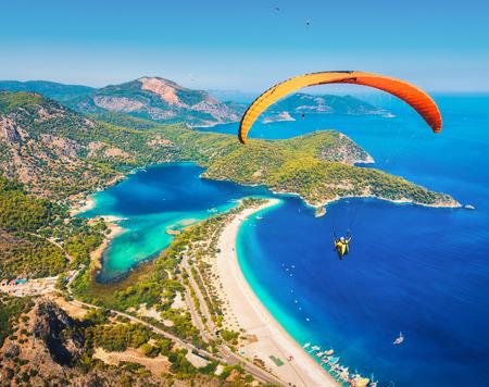 Parapente dans le ciel. Parapente tandem survolant la mer avec de l'eau bleue et des montagnes en journée ensoleillée. Vue aérienne de parapente et Blue Lagoon à Oludeniz, Turquie. Sport extrême. Paysage