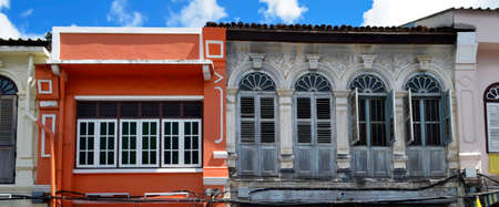 Multicolor facades with Sino-Portuguese architecture in Phuket Town, Thailand Banque d'images