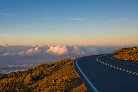 Een breahtaking uitzicht op de sky bij zons opgang op de weg naar de top van de Haleakala Vocano. Maui, Hawaii.