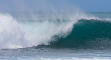 A perfect wave for surfing on beautiful Hawaii Oahu's North Shore 版權商用圖片