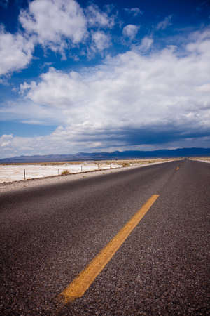 The long and lonely road crossing Death Valley National Park, California 版權商用圖片