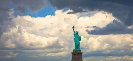 A panoramic view of the Statue of Liberty framed by heavy clouds just before storm. USA, New York City. 版權商用圖片