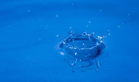 Splash of water captured with high speed macro photo - Blue gel filter - Shallow depth of field - Horizontal 版權商用圖片