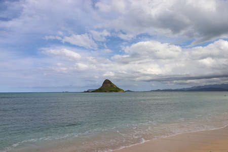 Mokolii, commonly known as Chinamans Hat, is a basalt islet in Kaneohe Bay, Hawaii Zdjęcie Seryjne