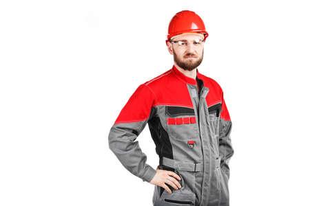 overol: guardapolvos hombre vistiendo con casco rojo sobre fondo blanco