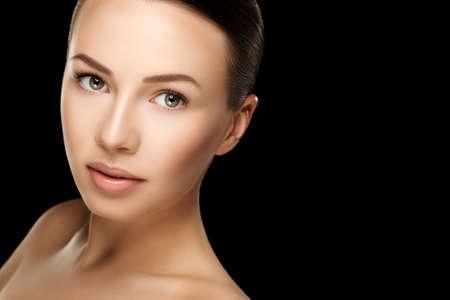 topless: Belle jeune femme brune avec la peau fra�che et propre avec maquillage nude avec les mains au visage. Gros plan vraie photo Banque d'images