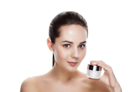 Beauty portrait de la jolie fille avec le maquillage naturel tenir crème pour le visage. photo commerciale pour la promotion cosmétique. Jeunesse et le concept de soins de la peau. Anti-âge, jour, crème de nuit pour les peaux jeunes